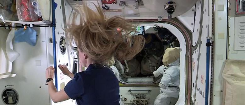 Com um fio de cabelo você se move no espaço