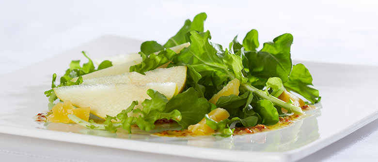 Salada com pera e molho de mostarda