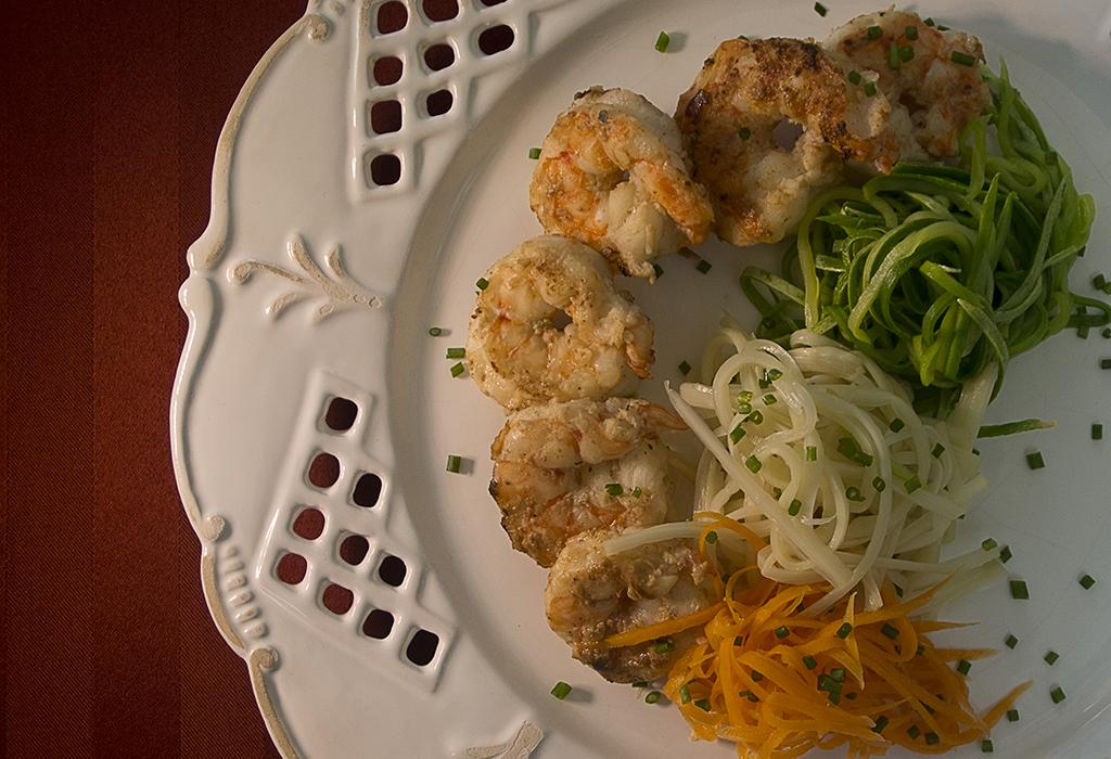 Salada desfiada com camarão grelhado