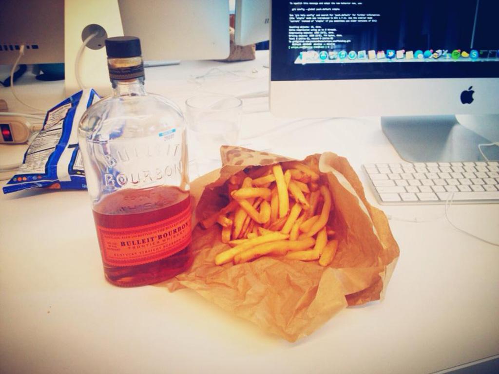 Comer no escritório é feio?