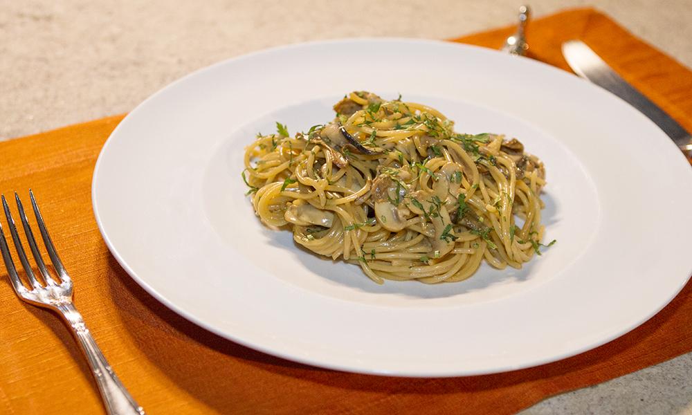 Espaguete ao molho de limão siciliano e porcini