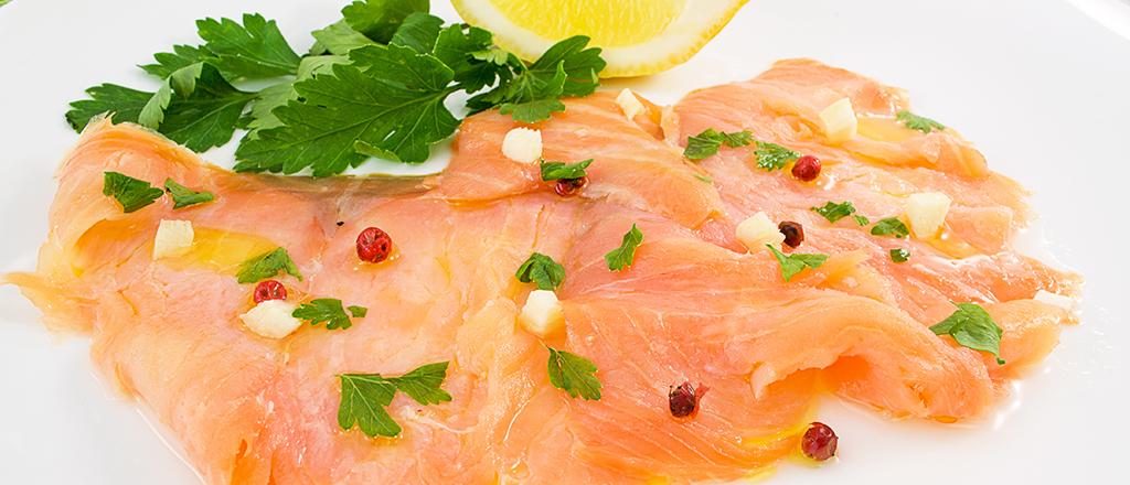 Carpaccio de salmão com molho de wasabi