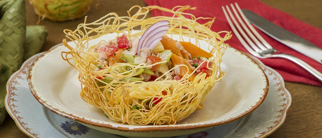 Salada leve de macarrão com atum