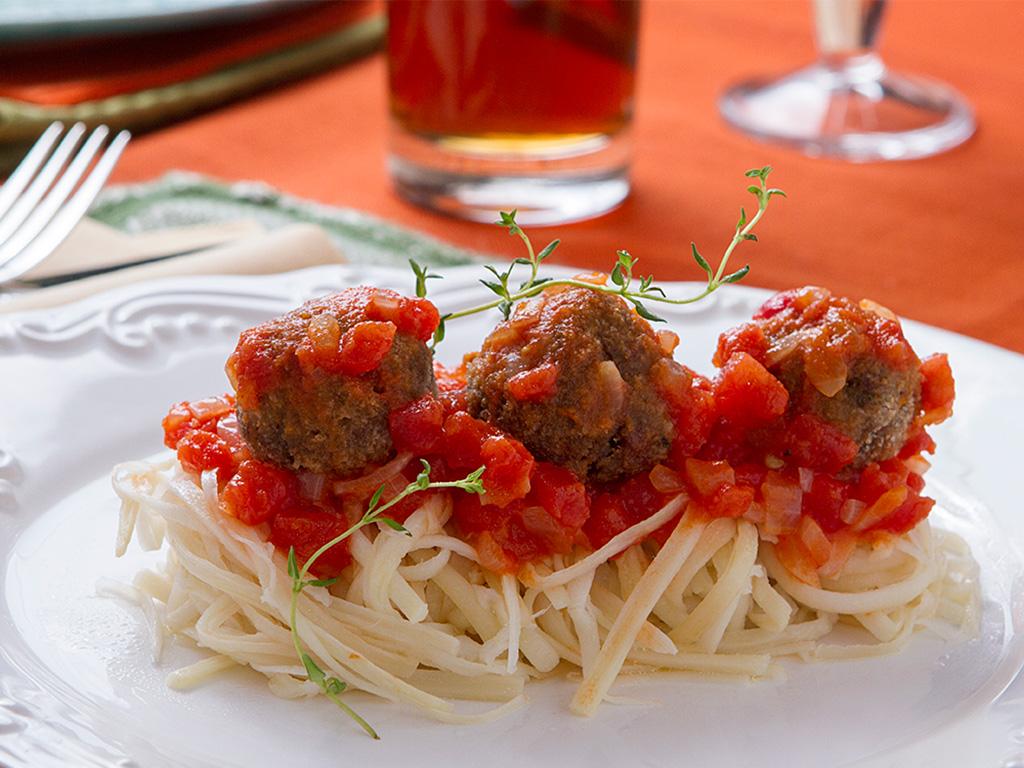 Almôndega de berinjela com espaguete de pupunha