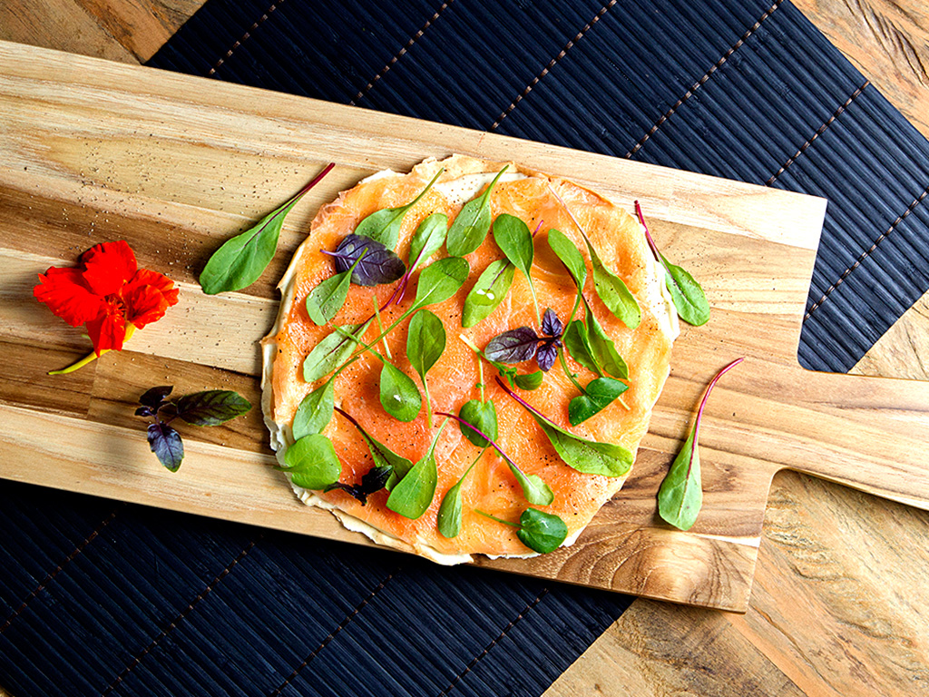 Crostini de salmão trufado na tábua