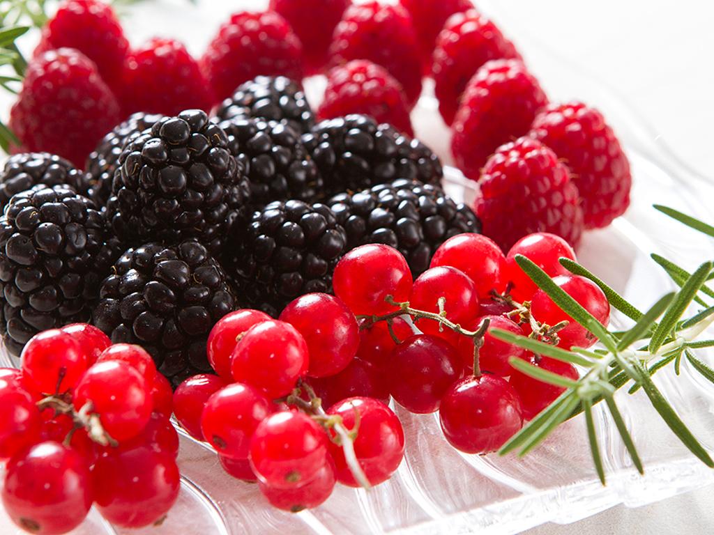 Suco detox de frutas vermelhas com alecrim
