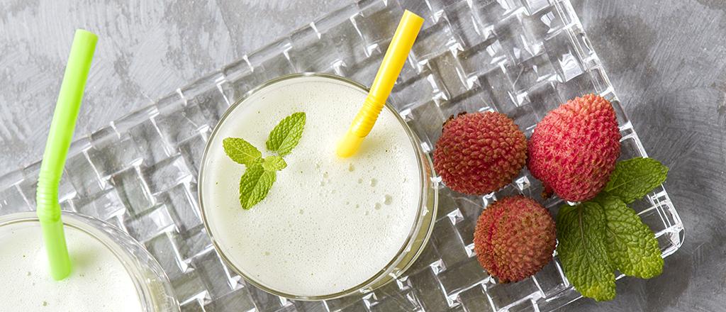 Suco detox de lichia, água de coco e gengibre