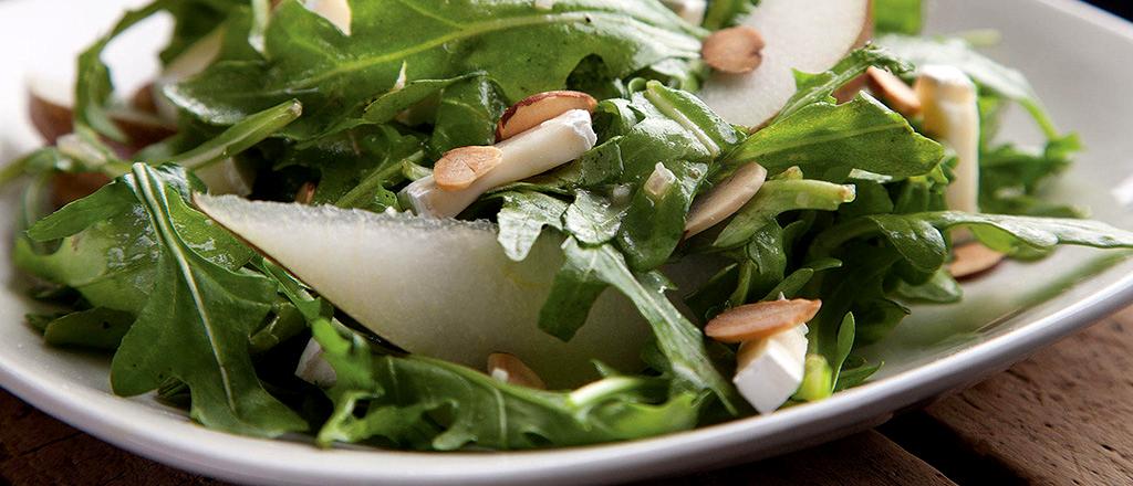 Salada verde com pera e molho de mostarda