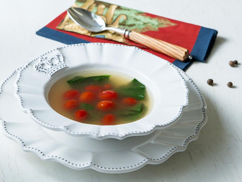 Brodo-com-espinafre-e-tomate-cereja-na-mesa