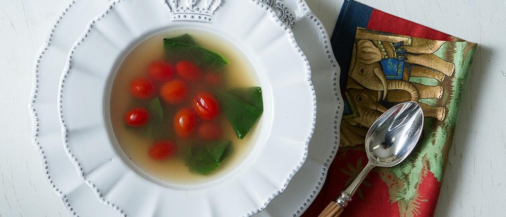 Brodo com espinafre e tomate cereja
