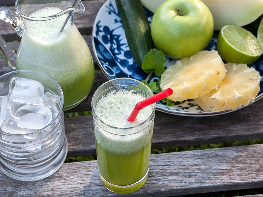 Suco-detox-de-couve-com-frutas-na-mesa