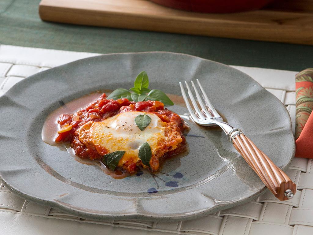 Ovos-ao-molho-de-tomate-na-mesa