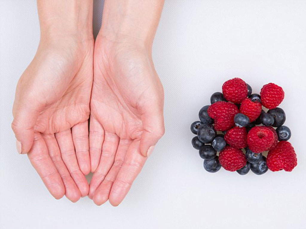 maos-frutas-pequenas