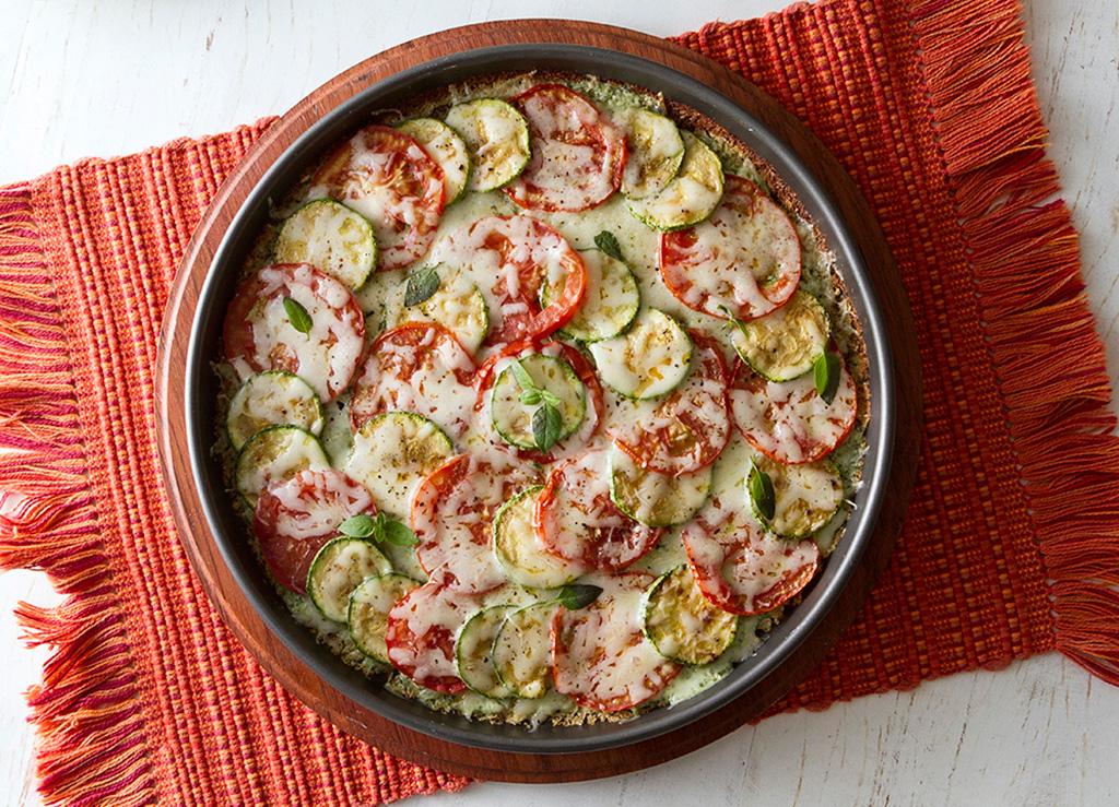 Pizza-fit-de-legumes-na-mesa