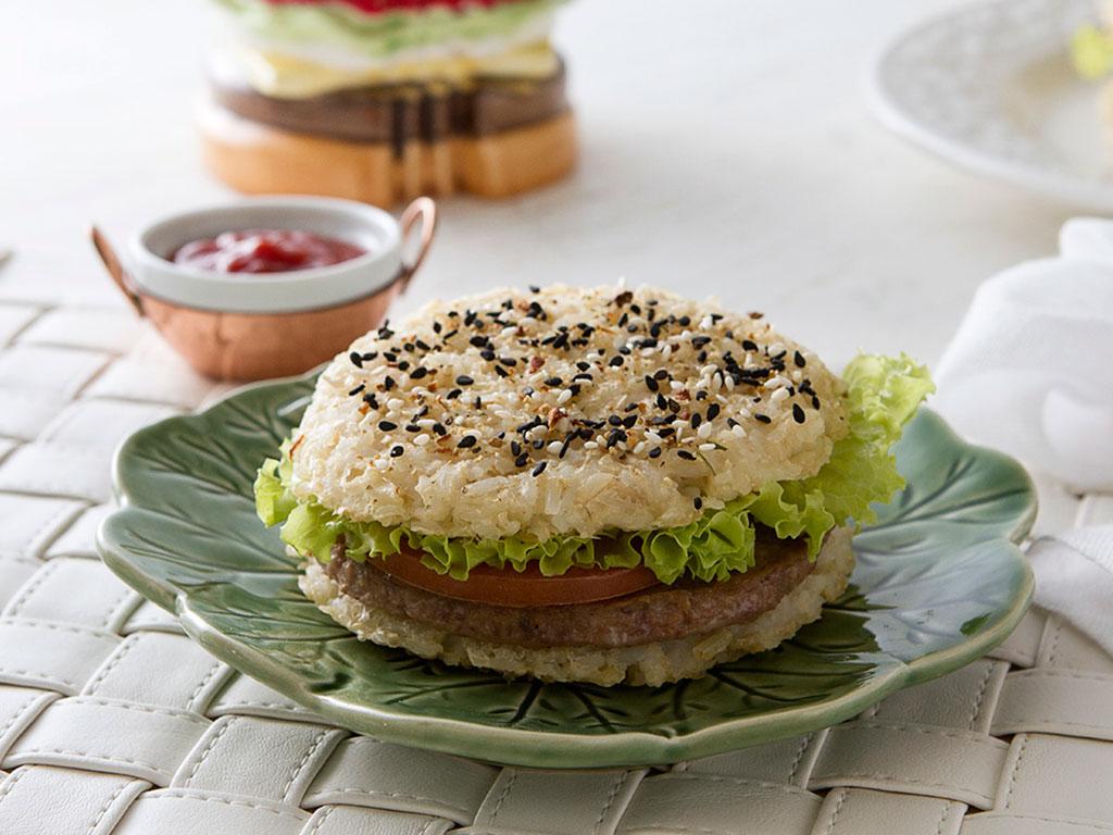 hamburguer-sem-gluten-na-mesa