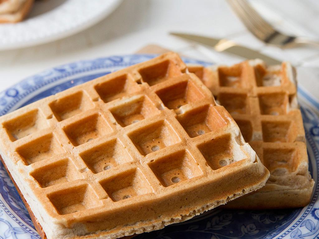 waffle-light-de-banana-na-mesa
