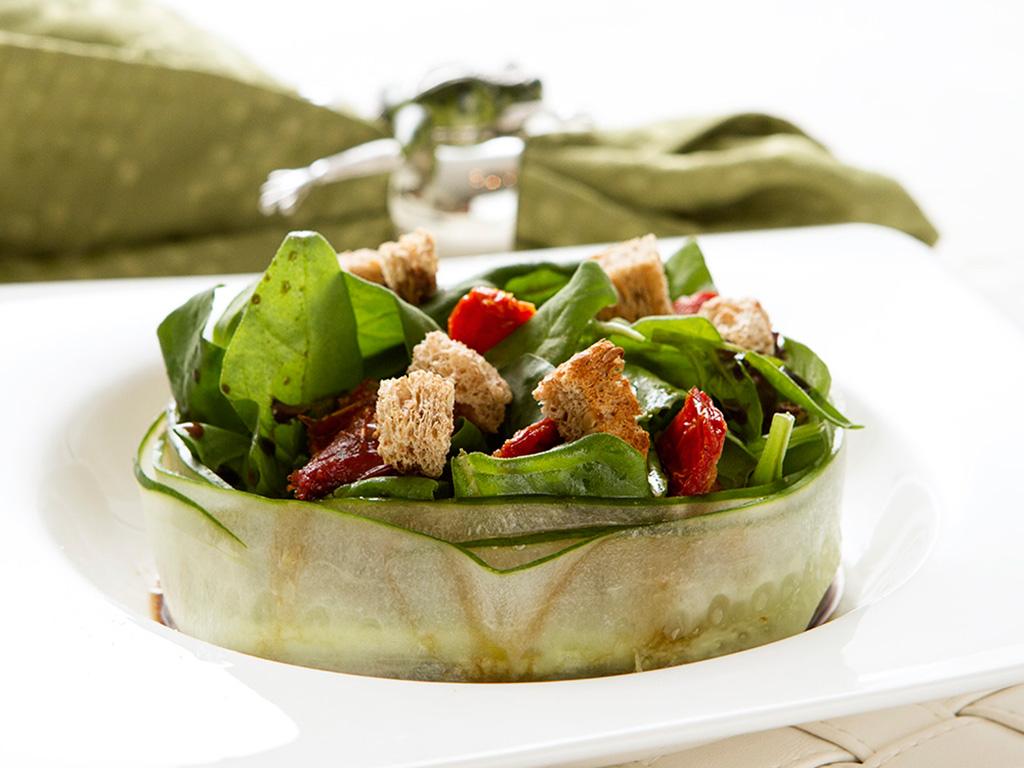 salada-de-pepino-e-espinafre-na-mesa