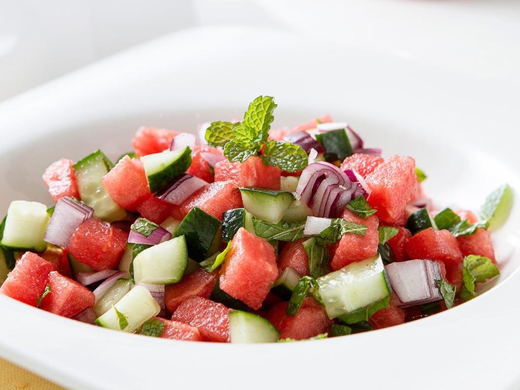 salada-refrescante-na-mesa