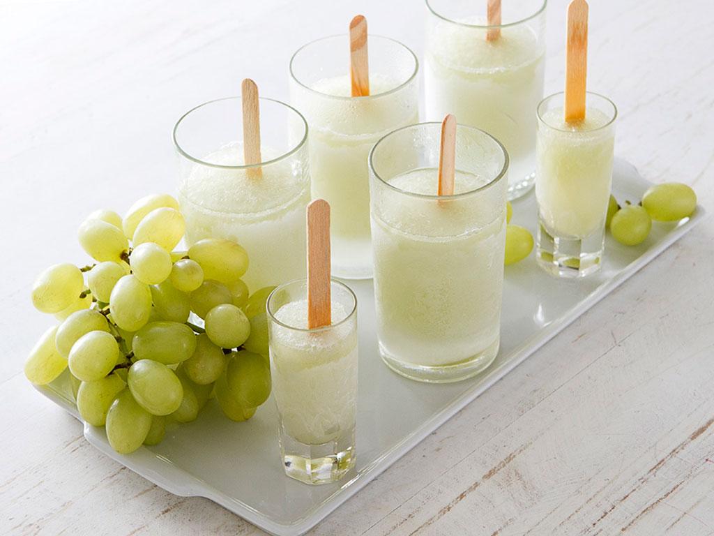 sorvete-light-de-coco-e-uva-verde-na-mesa