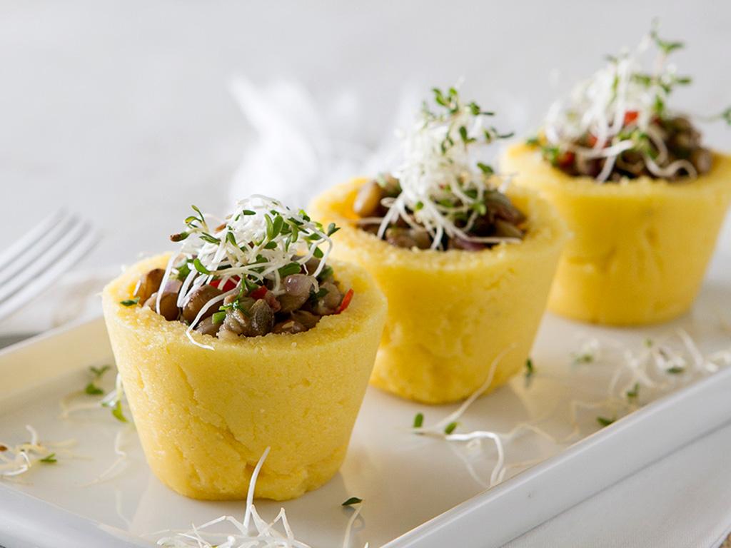 cestinha-de-polenta-na-mesa