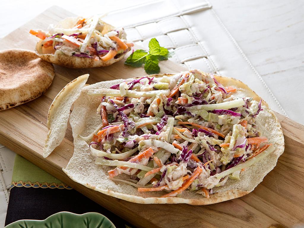 salada-defrango-no-pao-sirio-na-mesa