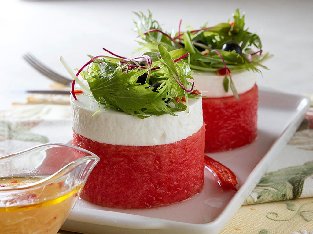 entrada-refrescante-de-melancia-na-mesa