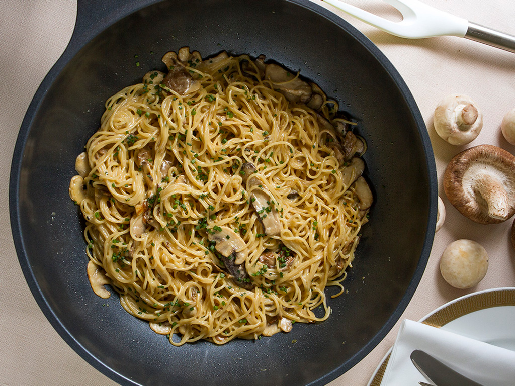 espaguete-ao-funghi-na-mesa