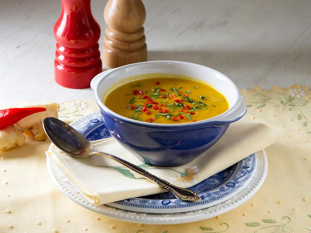 sopa-light-de-cenoura-na-mesa